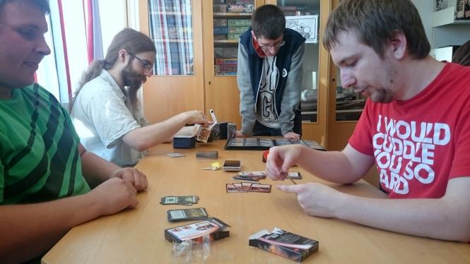Martin Hansen lærer opp nye Magic-spillere. Foto: Kenneth Hansen