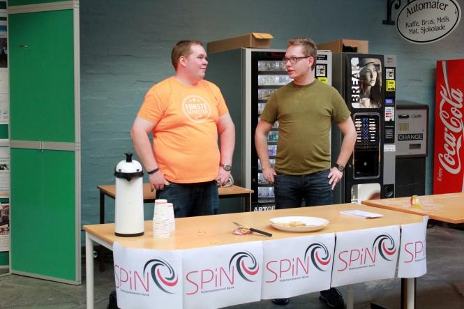 Bjørn Dinesen (t.v.) og Ole Marius Svendsen diskuterer politikk ved standen til SPiN. Foto: Benedicte S. Larsen
