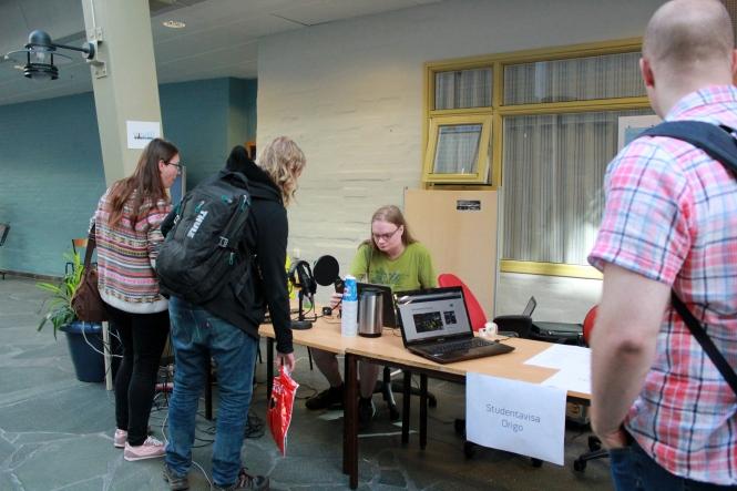 Håvard Bredeli fikk besøk av mange nysgjerrige studenter. Foto: Benedicte S. Larsen