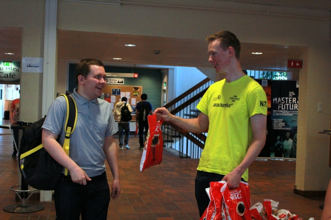 Nils Alseth deler ut Studentpakken med bl.a. organdonorkort. Foto: Benedicte S. Larsen