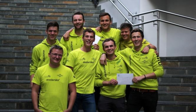 Representanter fra faddergruppe 3 og 8. Årets Fadder Bjarne Jensen foran til venstre. Foto: Elisabeth Dimby