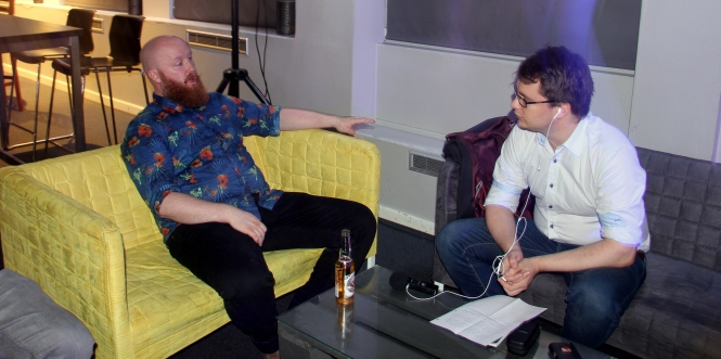Kevin Kildal (t.v.) intervjues av Kenneth Hansen. Foto: Elisabeth Gangenes
