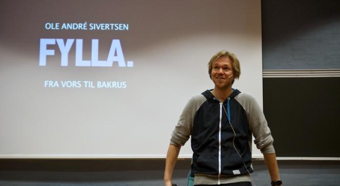 Ole André Sivertsen hold foredrag for studenter ved HiN. Foto: Joakim Tetlie