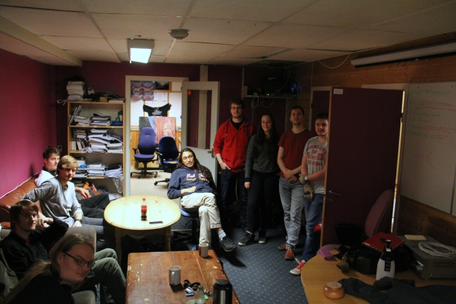 Studenter har samlet seg i mediarommet i kjelleren. Foto: Mikael Dahl.